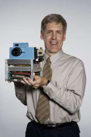 Steven Sasson with the first digital camera (photo credit: Kodak)
